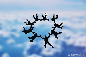 skydivers_holding_hands
